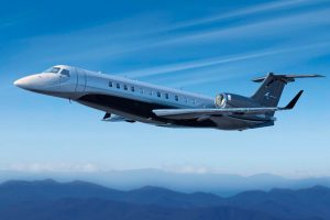 Embraer Legacy 650E com pintura exclusiva é destaque na LABAC