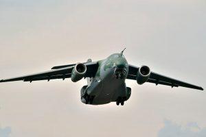 Embraer realiza com sucesso primeiro voo do avião de transporte multimissão KC-390 de série